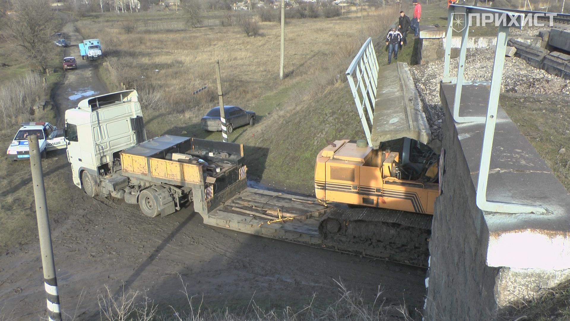 Тягач едва не снёс железнодорожный мост под Никополем | Прихист