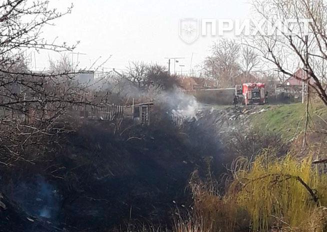 Из-за горящего камыша едва не сгорел жилой дом. Видео | Прихист