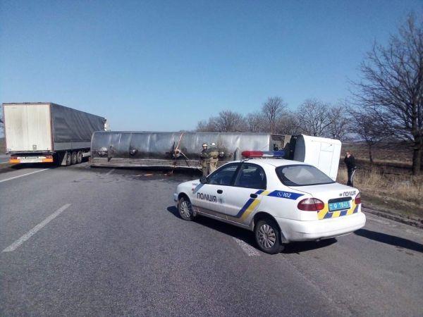 На въезде в Днепр перевернулась автоцистерна с маслом   Прихист