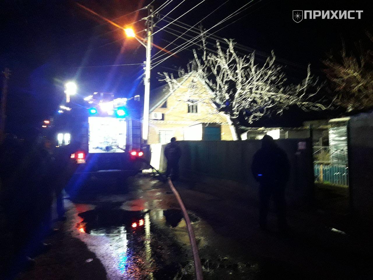 Пожар ночью: в Никополе горел дом   Прихист