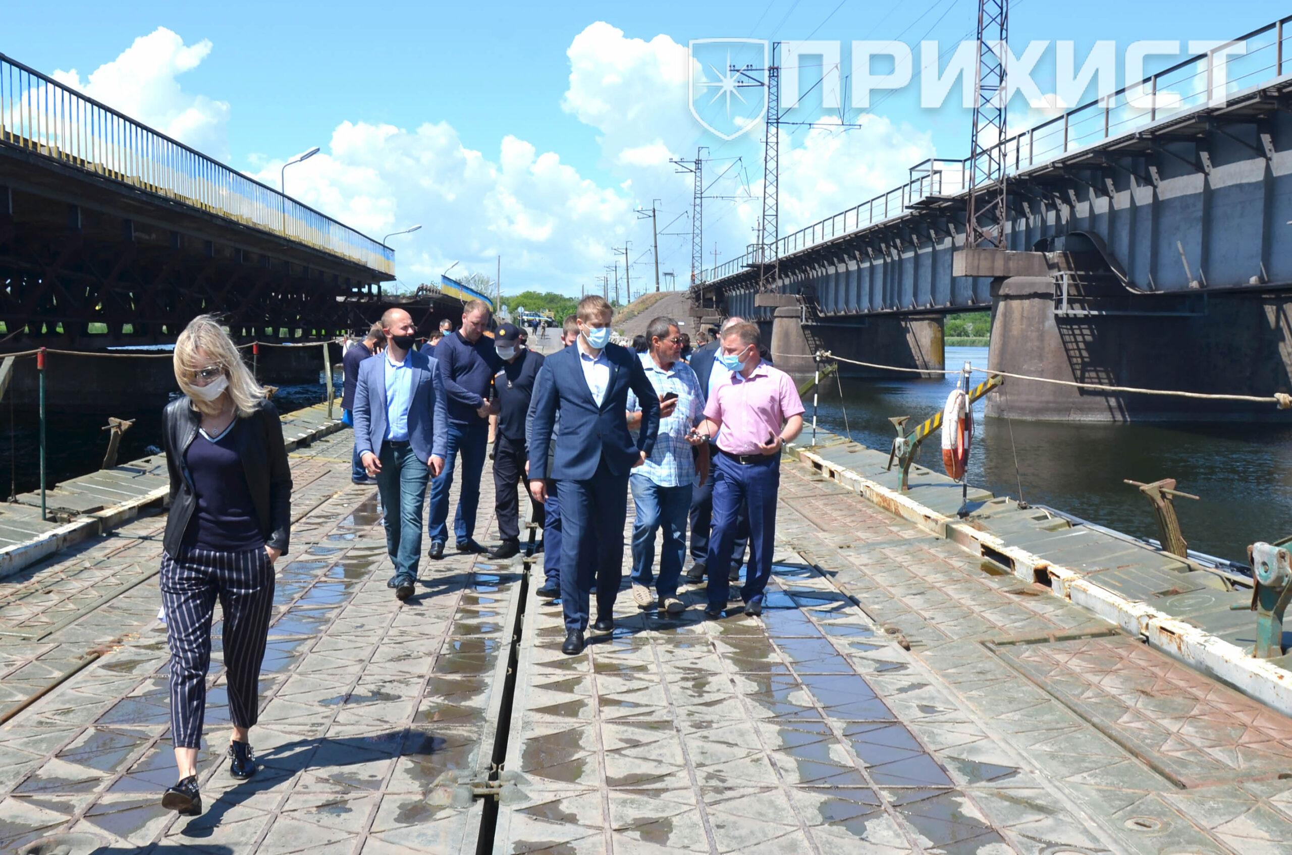 Губернатор Дніпропетровської області Олександр Бондаренко першим проїхав через понтонний міст | Прихист