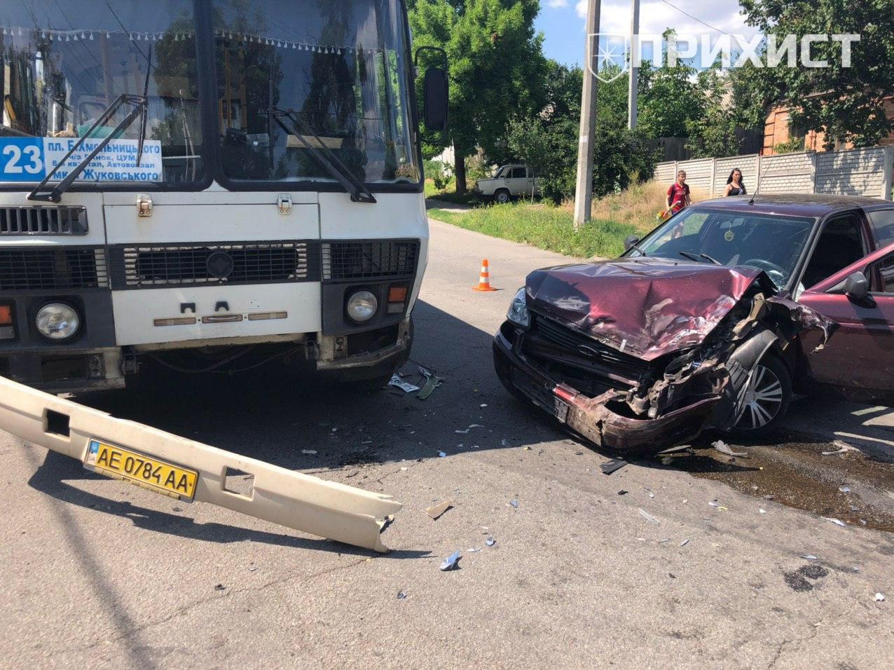 Лобовое столкновение: Lada въехала в автобус с пассажирами | Прихист