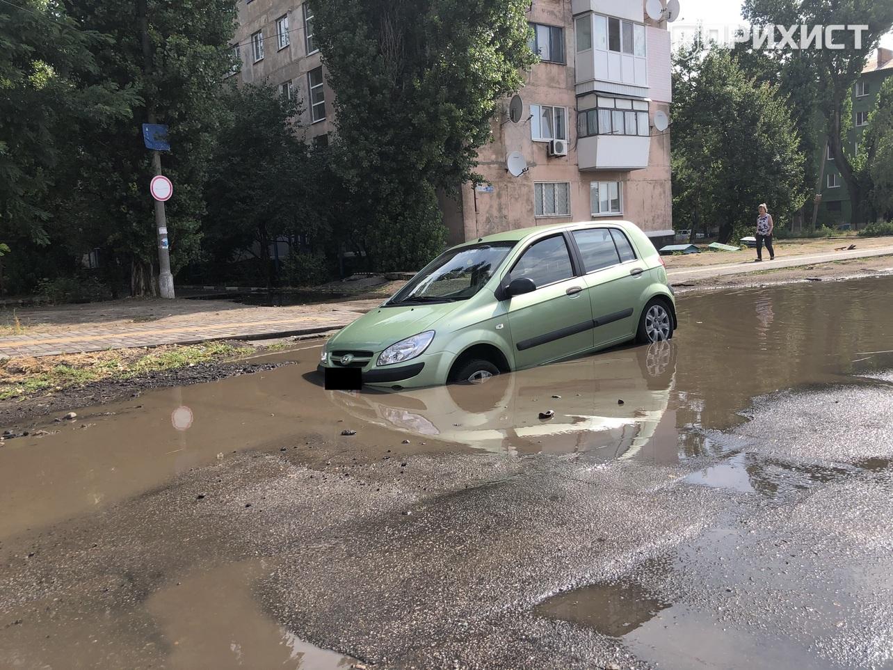 Автомобиль провалился в яму на улице Светлой | Прихист