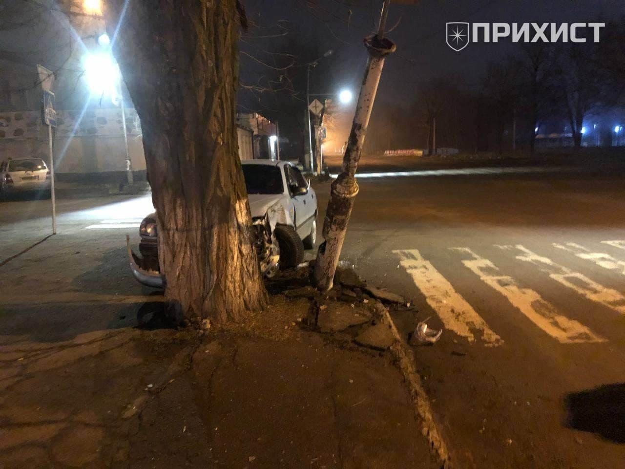 В Никополе автомобиль съехал с дороги и врезался в дерево   Прихист