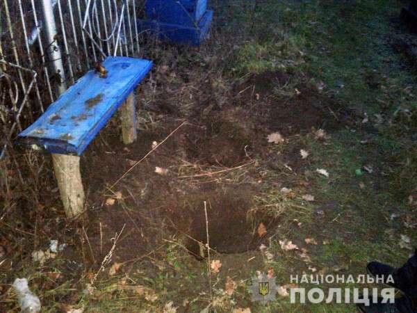 В Марганце задержаны вандалы, укравшие с кладбища столы и лавки | Прихист