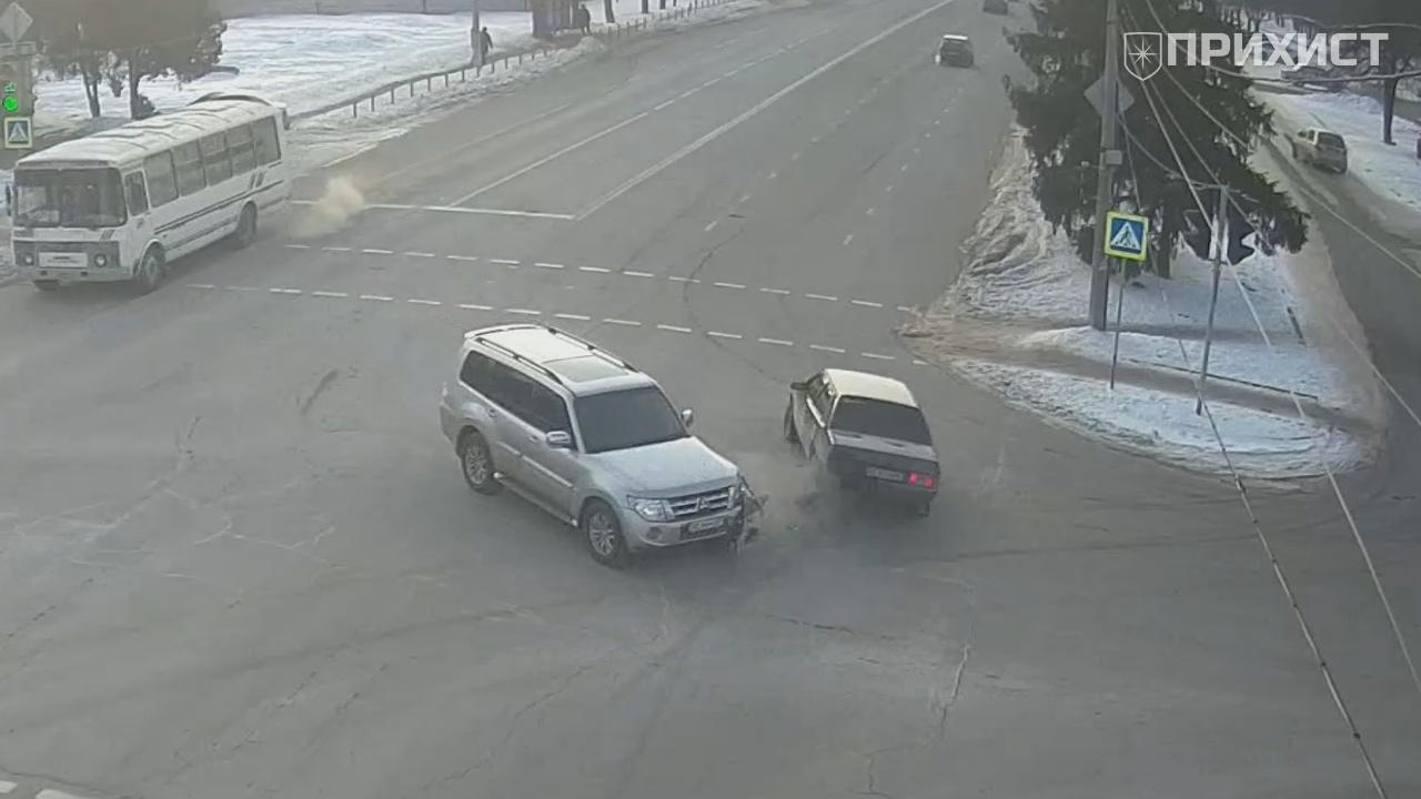 В районе Первомайского рынка внедорожник въехал в ВАЗ 2199 | Прихист