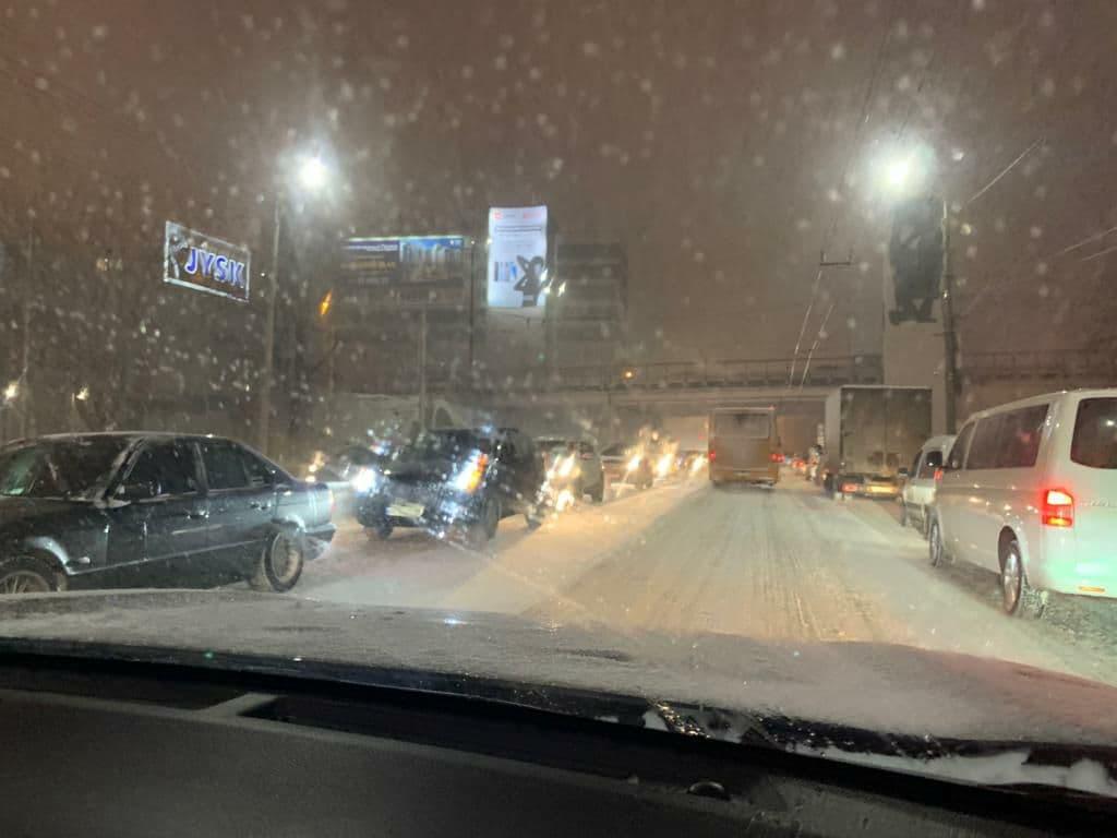 Днепр накрыла непогода: из-за снегопада город стоит в пробках   Прихист