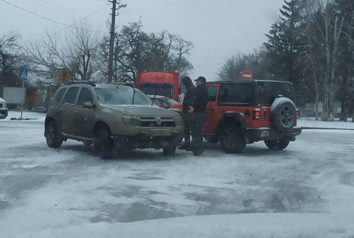 ДТП в Никополе: на скользкой дороге Duster врезался в Wrangler | Прихист
