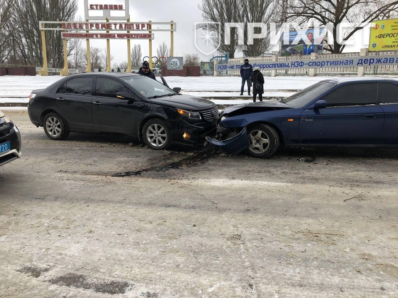 На ул. Электрометаллургов столкнулись три автомобиля и автобус | Прихист