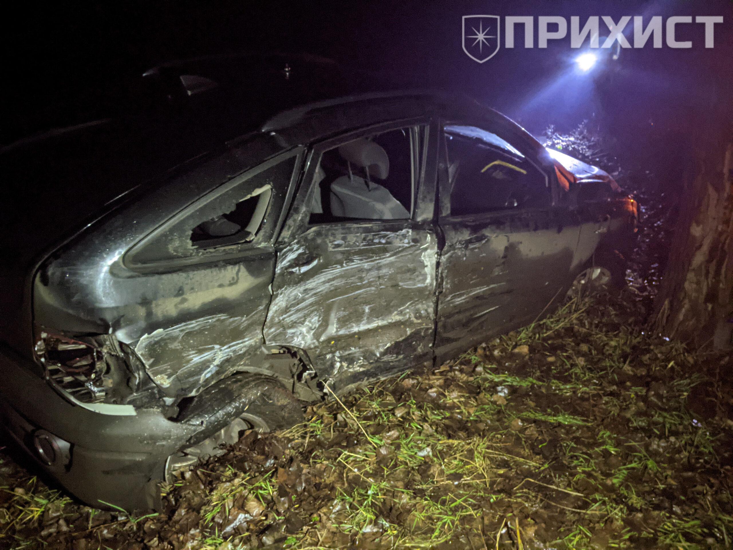 Около села Перше Травня в дерево влетел полицейский автомобиль   Прихист