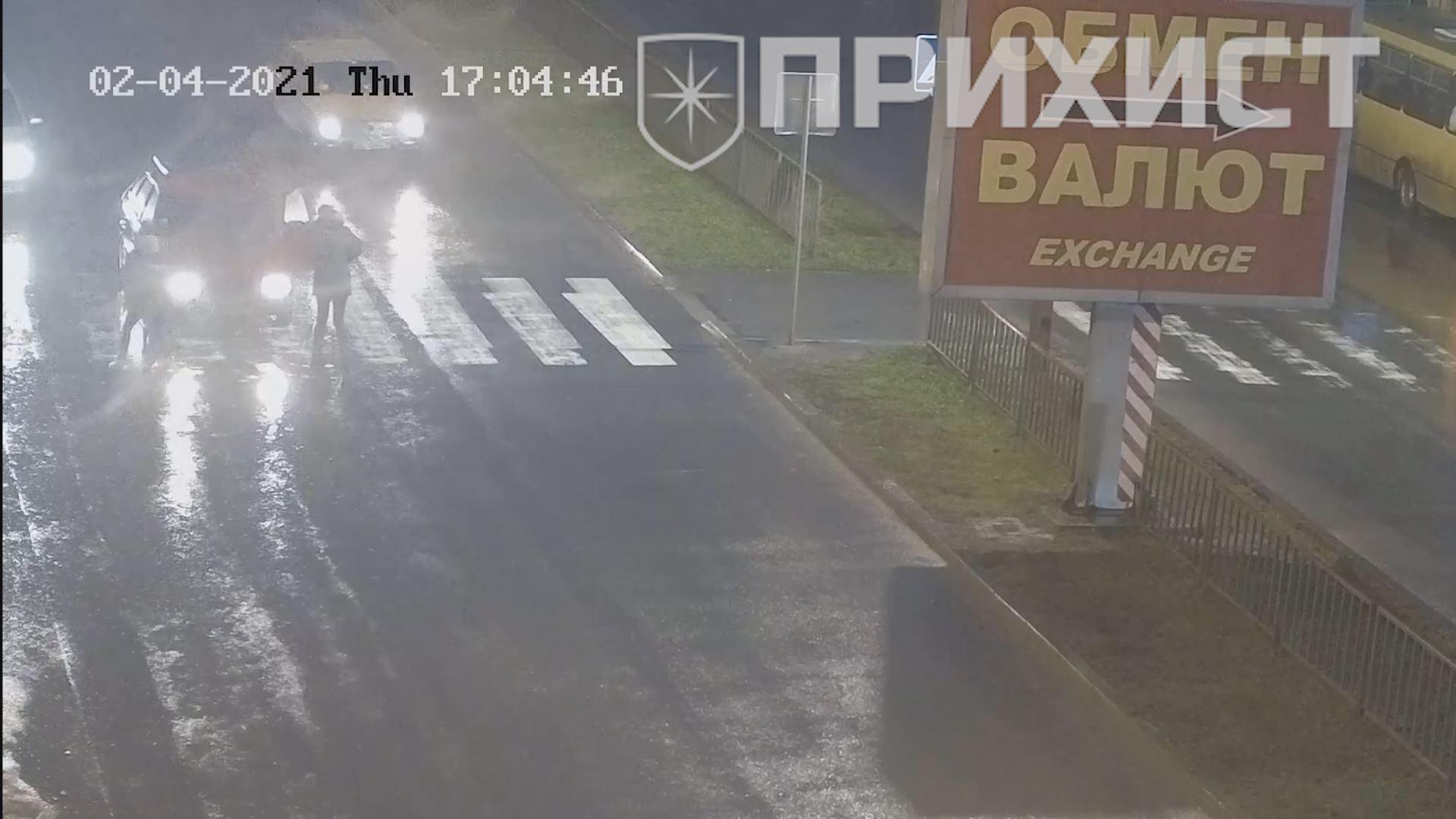 В Никополе около рынка «Виктория» автомобиль сбил двух девушек на пешеходном переходе   Прихист