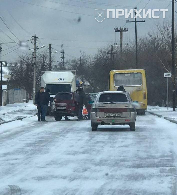 На ул. Довгалевской столкнулись ВАЗ 2111 и маршрутный автобус | Прихист