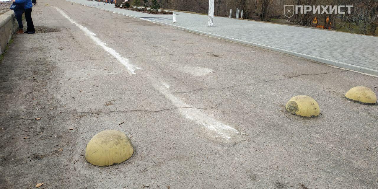 В Никополе на дамбе автомобиль врезался в заградительную полусферу | Прихист