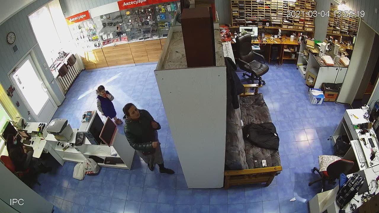 Действия мошенницы попали на запись камеры наблюдения | Прихист
