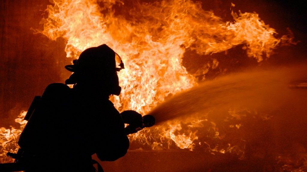 В Никополе горел заброшенный дом: пострадали два человека   Прихист