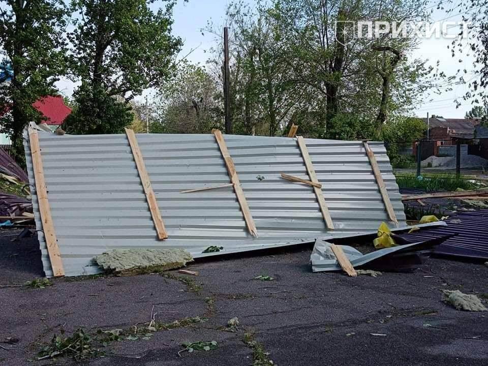 У школі в Приміському через негоду зірвало покрівлю (фото) | Прихист