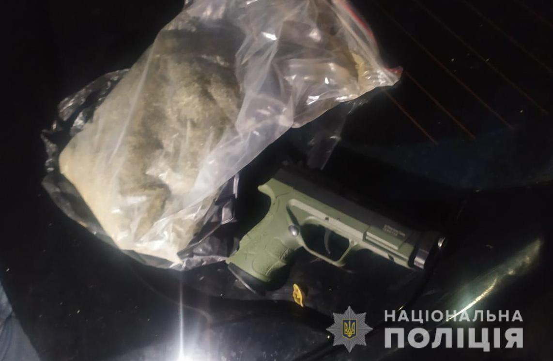 В Никополе полиция обнаружила наркотики и оружие во время осмотра автомобиля   Прихист