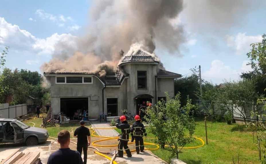 На Прикарпатье на жилой дом упал самолет | Прихист