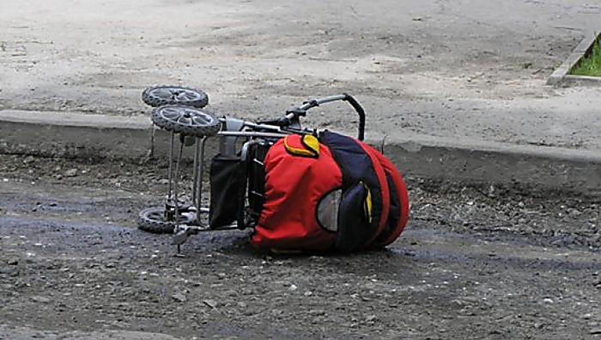Мопедисты сбили коляску с ребенком и скрылись | Прихист