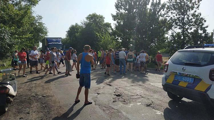 Жители села Грушевка перекрыли трассу, требуя отмены штрафа за езду на скутере   Прихист