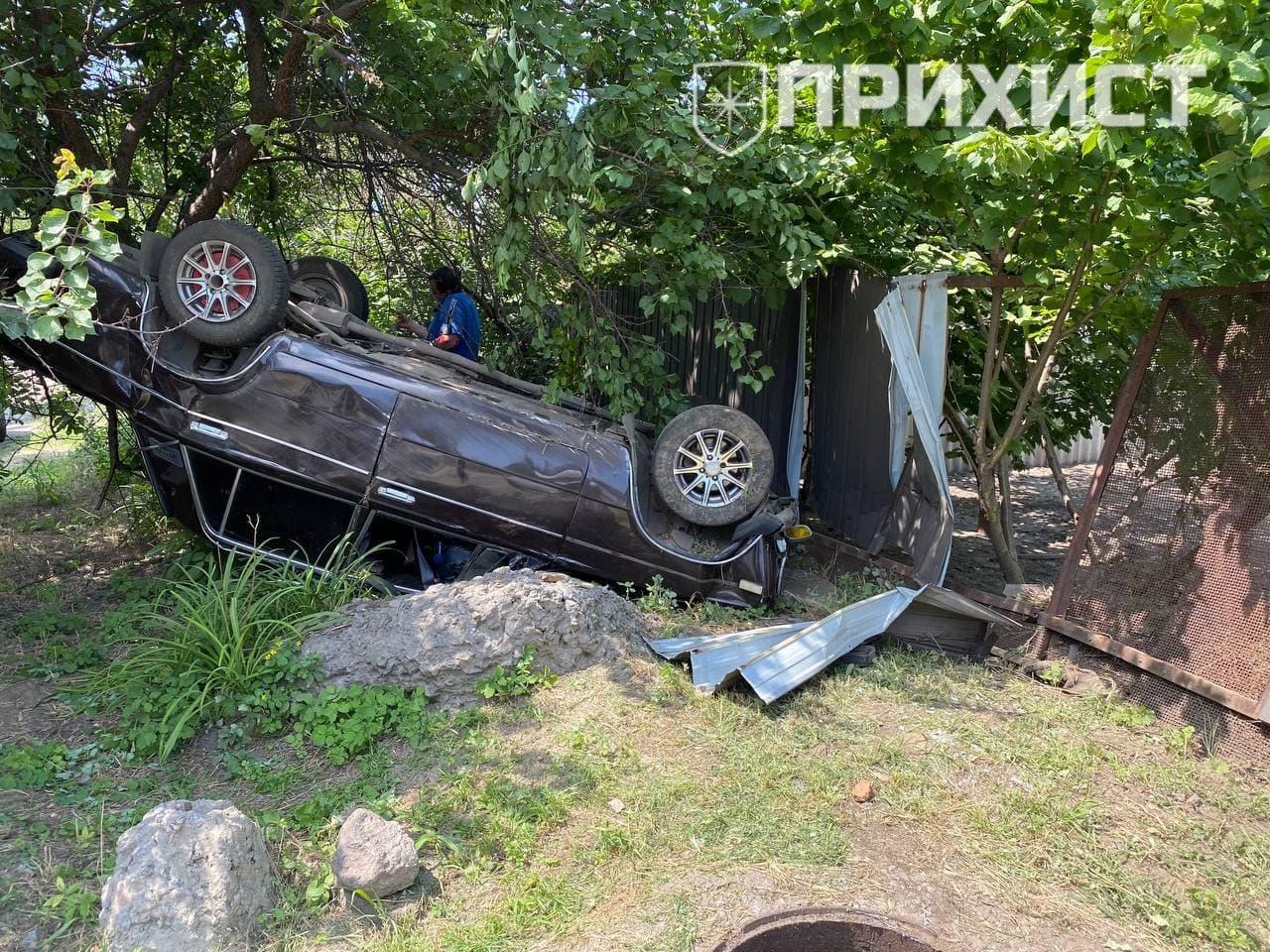 В Никополе автомобиль ВАЗ-2106 съехал с дороги и перевернулся   Прихист