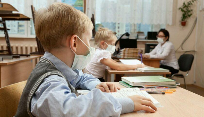 Работа школ при усилении карантина будет зависеть от вакцинации учителей | Прихист