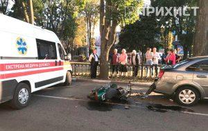 В районе площади Независимости мопед врезался в автомобиль: видео столкновения