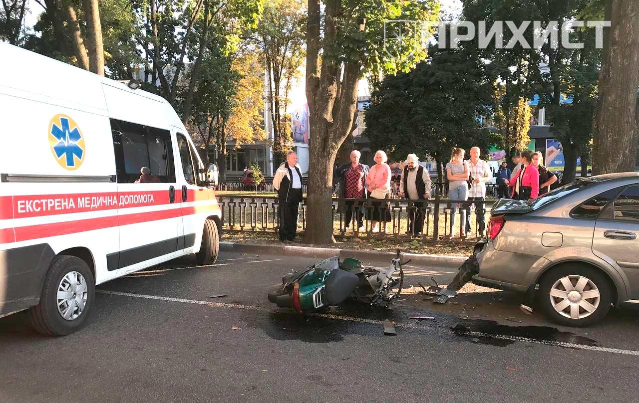 В районе площади Независимости мопед врезался в автомобиль: видео столкновения | Прихист