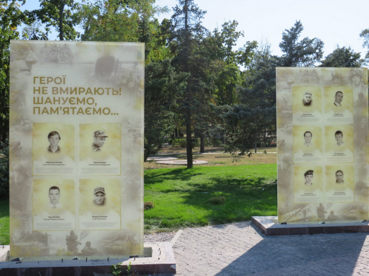 В Никополе установили стенды с фото погибших защитников на новой аллее   Прихист