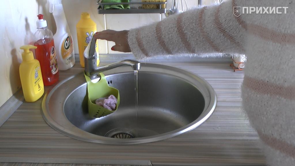 Наедине со своими проблемами: в Никополе жители многоэтажного дома жалуются на плохой напор воды | Прихист