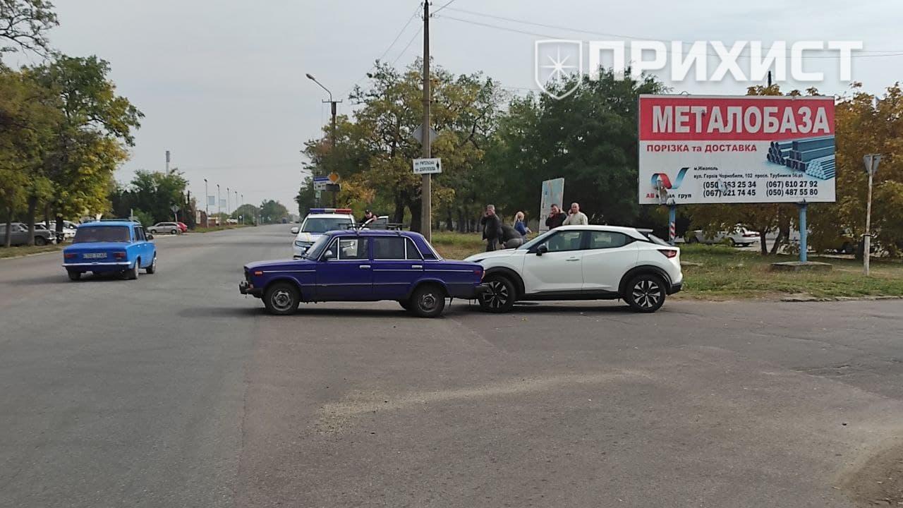 На пересечении ул. Учительской и ул. Херсонской столкнулись ВАЗ и Nissan   Прихист